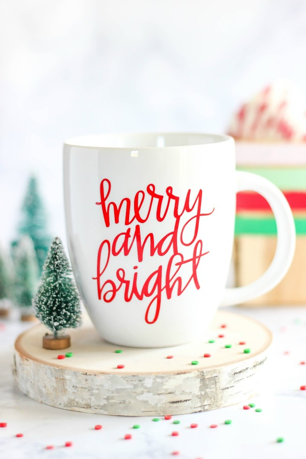 DIY merry bright vinyl mug (via www.thecasualcraftlete.com)