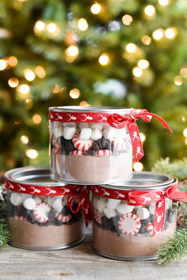 DIY hot chocolate gift in a jar (via apumpkinandaprincess.com)