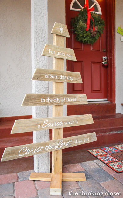 DIY pallet Christmas tree sign made with a silhouette machine (via www.thinkingcloset.com)