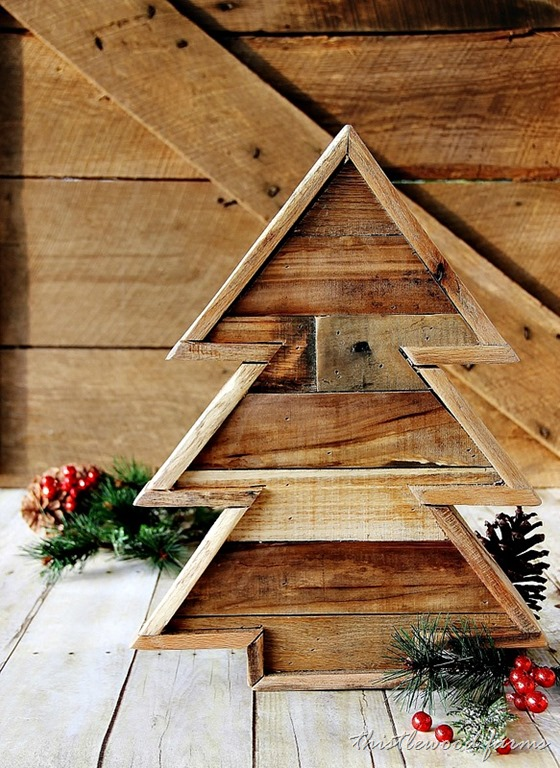 DIy pallet wood Christmas tree with a rim (via thistlewoodfarms.com)