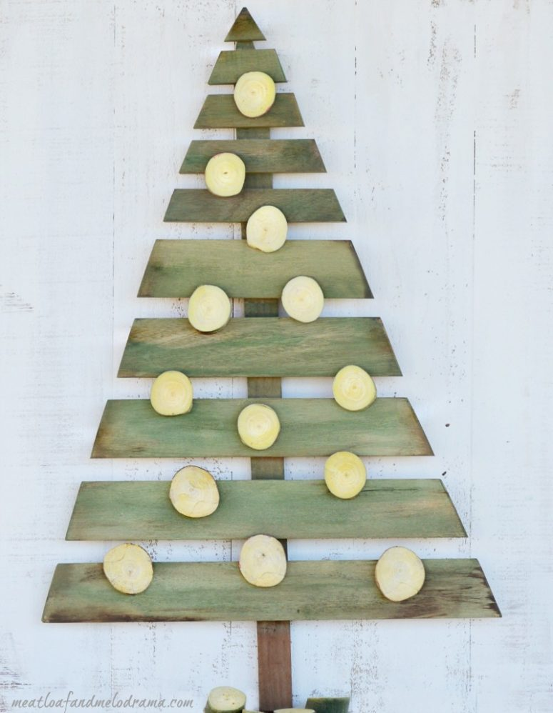DIY wall pallet Christmas tree (via www.meatloafandmelodrama.com)