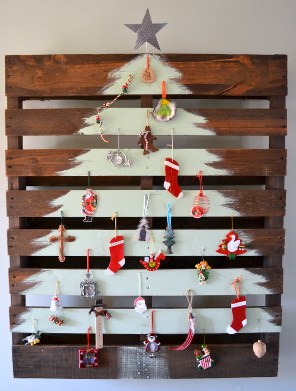 13 Cool DIY Recycled Pallet Christmas Trees - Shelterness