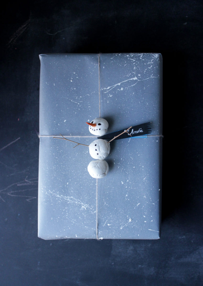 DIY adorable snowman gift topper (via mermagblog.com)
