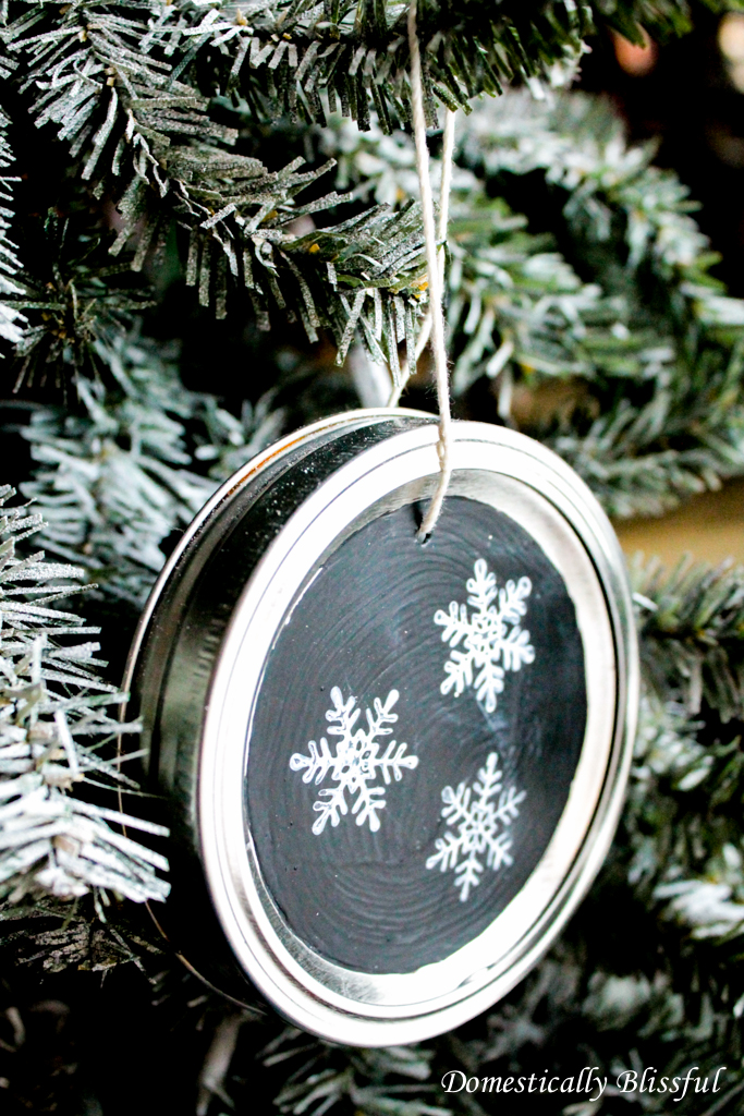 DIY chalkboard mason jar lid ornaments (via domesticallyblissful.com)