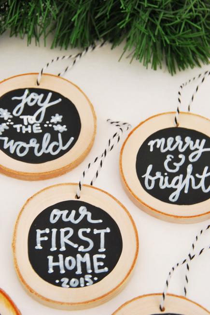 DIY chalkboard wood slice Christmas ornaments (via thesweetestdigs.com)