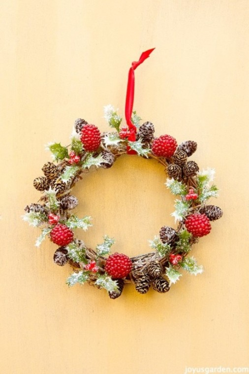 DIY holly vine Christmas wreath (via www.joyusgarden.com)