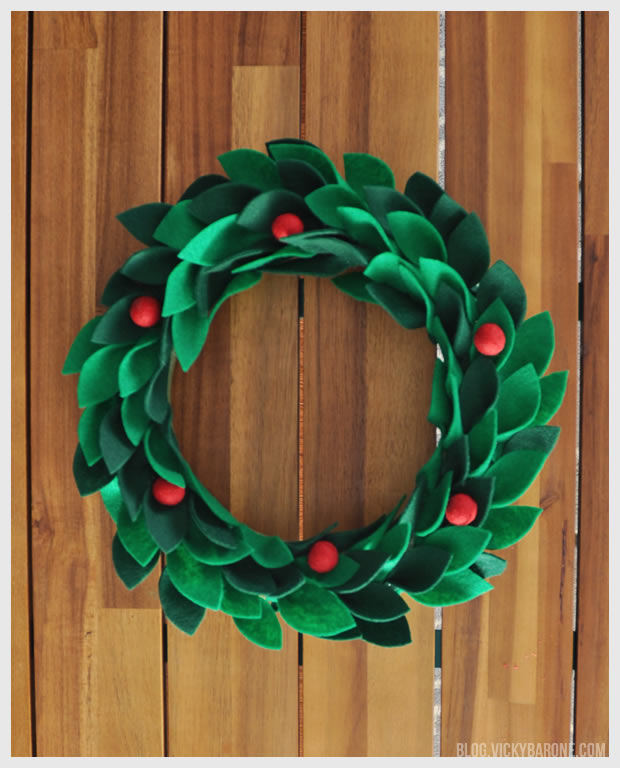 DIY wreath of holly leaves and berries of felt and yarn (via blog.vickybarone.com)