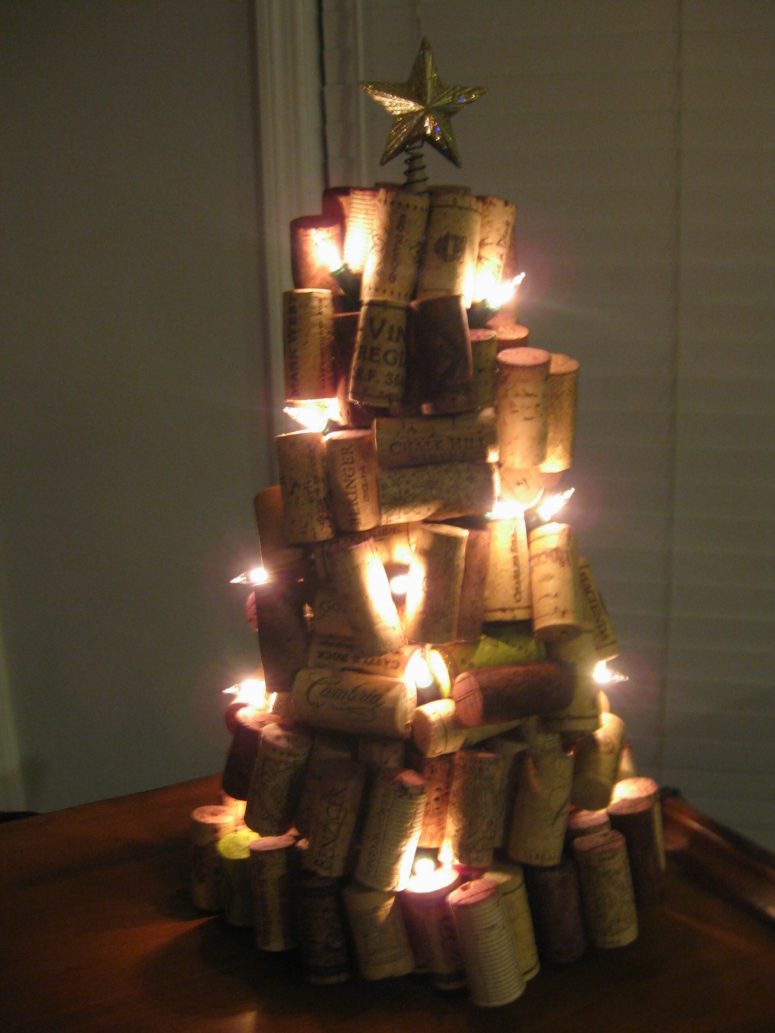 12 cute diy wine cork christmas crafts shelterness for Crafts to make with wine corks