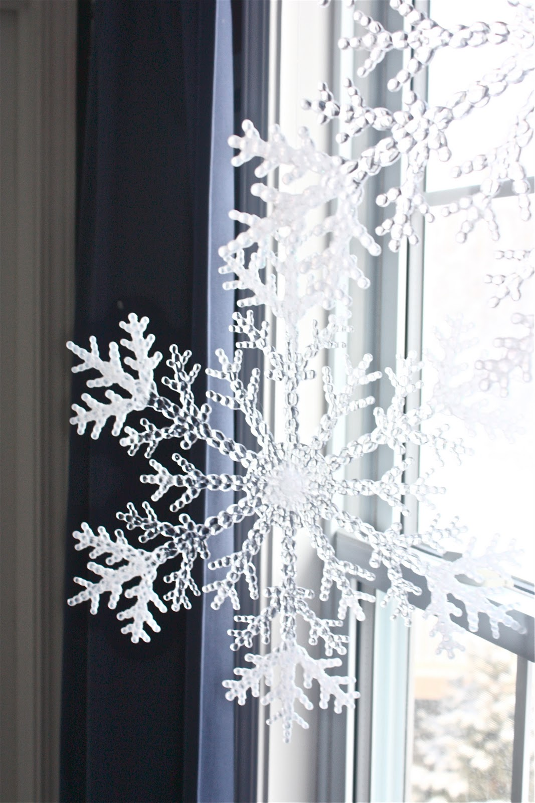 12 cutest and easiest diy christmas window dcorations shelterness - Christmas Window Decorations