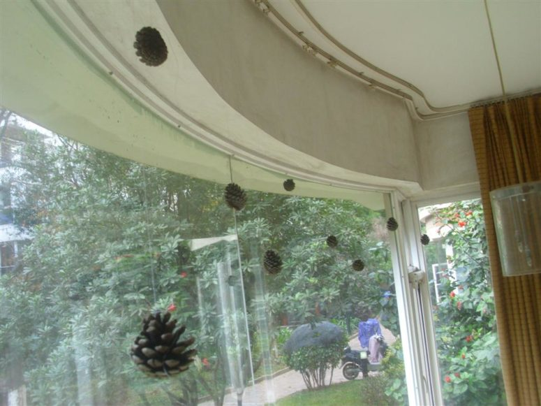 DIY pinecone window decor (via www.thedoityourselfmom.com)