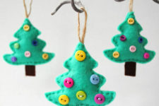 DIY felt Christmas trees with colorful buttons
