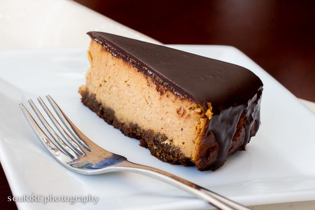 DIY gingerbread cheesecake topped with chocolate (via sweettreatsdani.blogspot.ru)