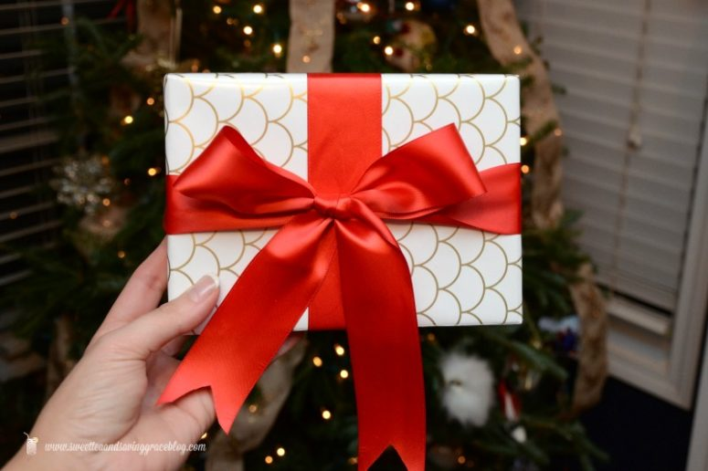 DIY gift wrapping with a perfect red ribbon bow (via sweetteaandsavinggraceblog.com)
