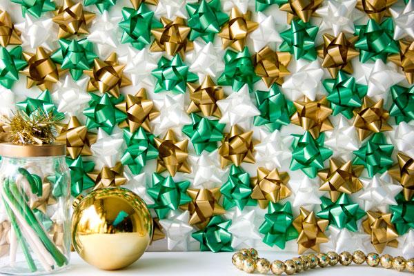 DIY Christmas bow backdrop (via studiodiy.com)