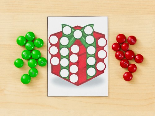 DIY M&M Christmas picture activity (via www.momshavequestionstoo.com)