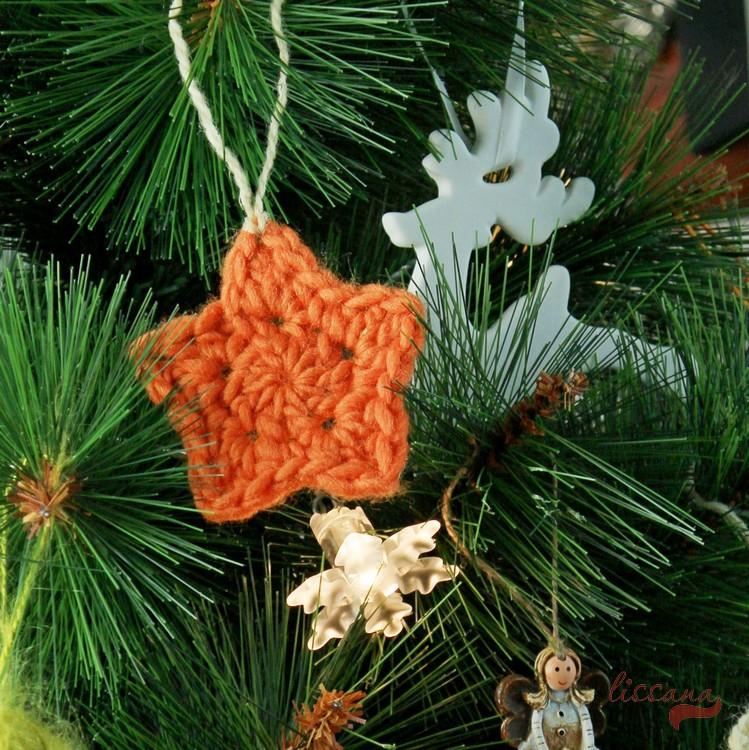 DIY little crochet stars for Christmas decor (via upcraftclub.com)