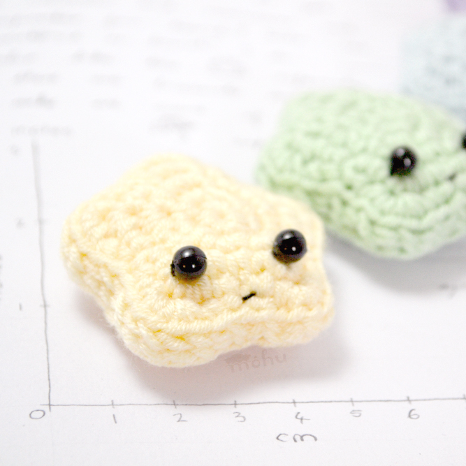DIY amigurumi star ornaments or gift toppers (via blog.mohumohu.com)