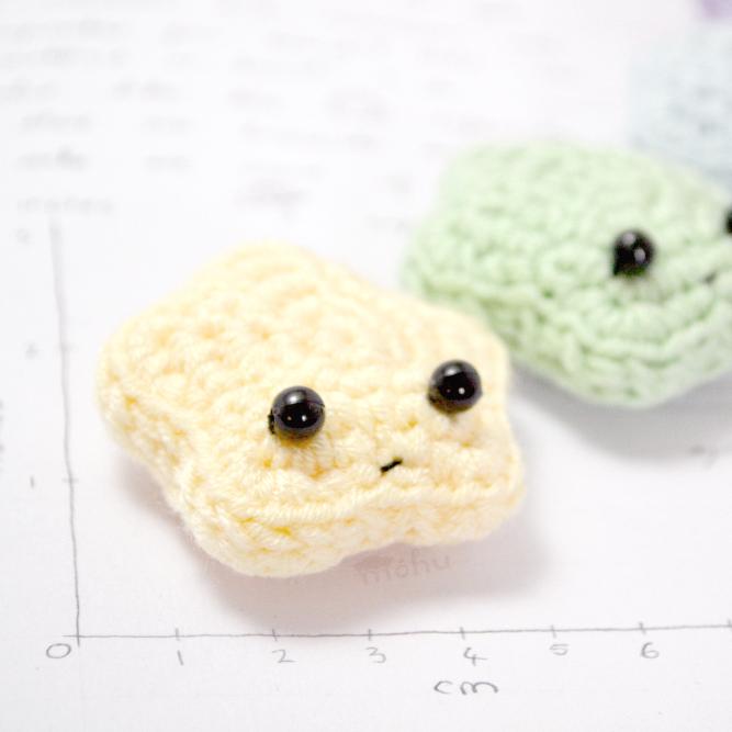 DIY amigurumi star ornaments or gift toppers (via blog.mohumohu.com)