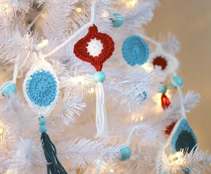 DIY retro crochet Christmas garland with beads (via persialou.com)