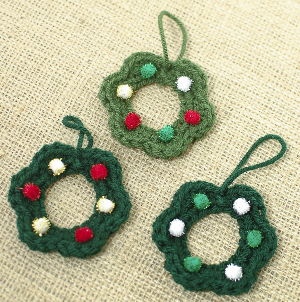 DIY mini Christmas wreath ornament (via www.petalstopicots.com)