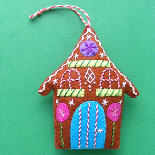DIY felt gingerbread house ornament (via www.shelterness.com)
