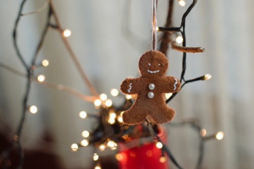DIY gingerbread man ornament of felt (via www.shelterness.com)