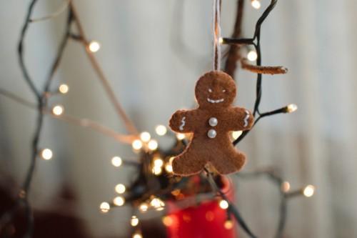DIY gingerbread man ornament of felt (via www.shelterness.com)