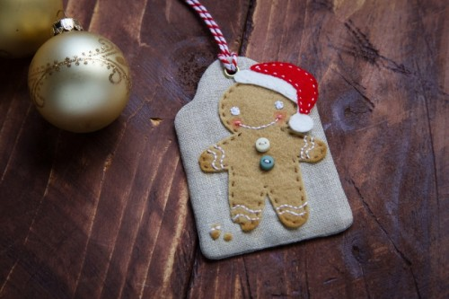 DIY Christmas gingerbread man gift tag (via www.shelterness.com)