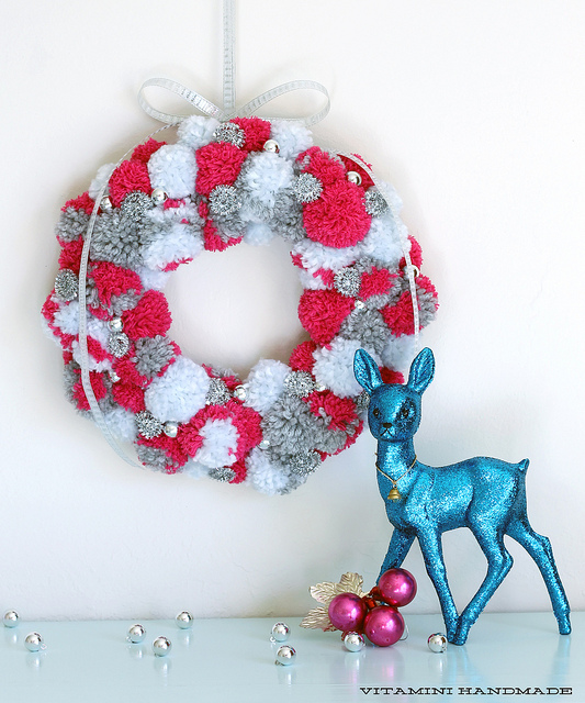 DIY red, grey and white pompom wreath (via www.vitaminihandmade.com)
