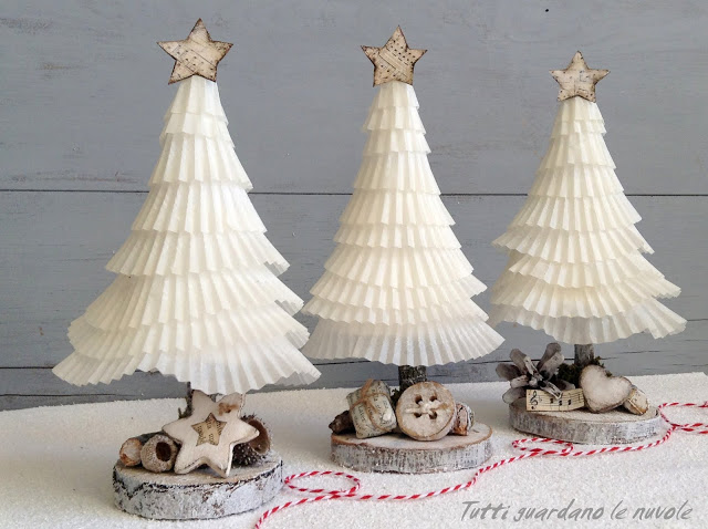 DIY cupcake cover tabletop Christmas trees (via tuttiguardanolenuvole.blogspot.ru)