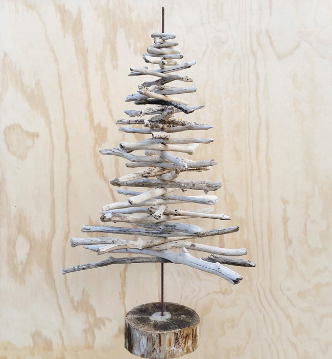 DIY driftwood Christmas tree (via threadbarecloak.com)