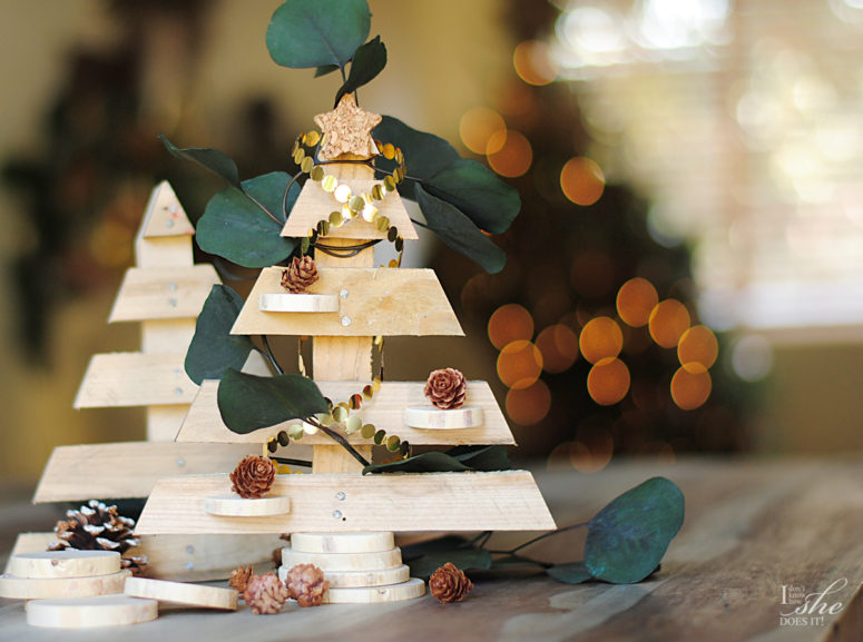 DIY recycled wood tabletop Christmas trees (via www.knowhowshedoesit.com)