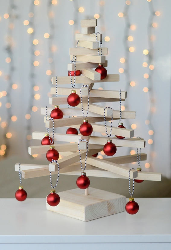 DIY wooden tabletop Christmas tree (via www.curbly.com)