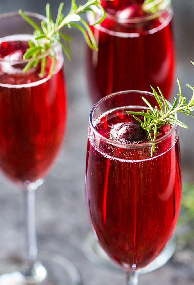 DIY cranberry mimosa cocktail (via theblondcook.com)