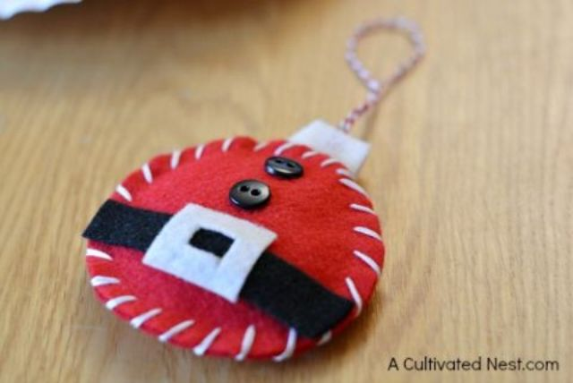 felt Santa ornament is easy to DIY
