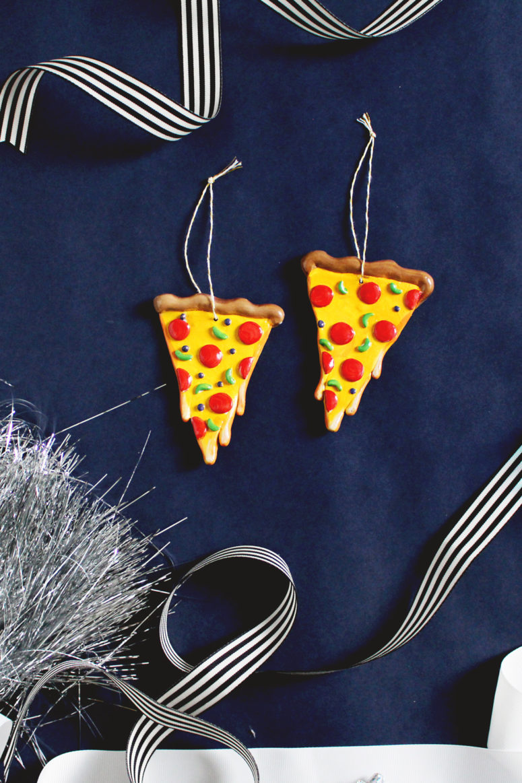 DIY cheesy pizza Christmas ornaments (via www.fishandbull.com)