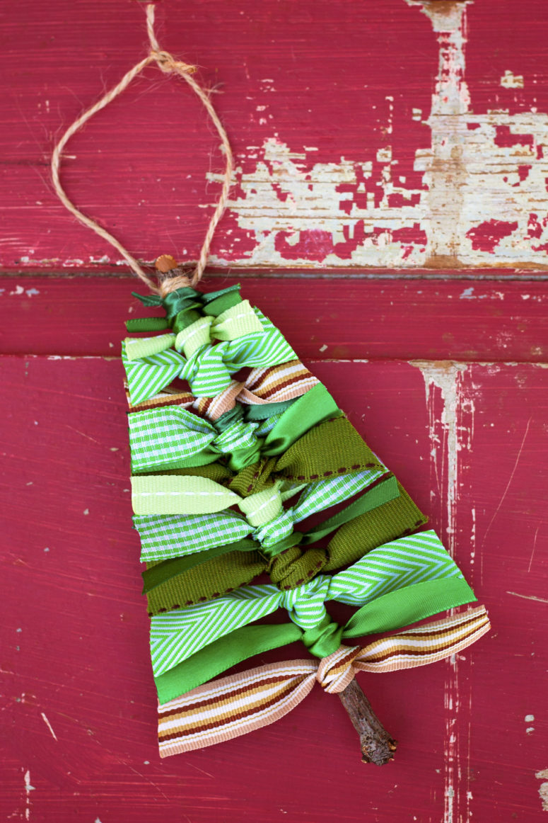 DIY scrap ribbon Christmas tree ornaments (via www.firefliesandmudpies.com)