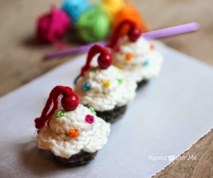 DIY crochet cupcake keychain (via www.repeatcrafterme.com)