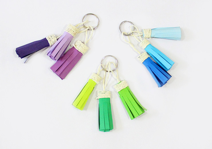 DIY ombre tassel keychain (via thecraftables.com)
