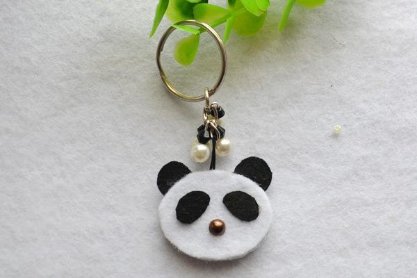 DIY felt panda keychain (via lc.pandahall.com)
