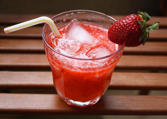 DIY sparkling strawberry lemonade (via www.thecomfortofcooking.com)