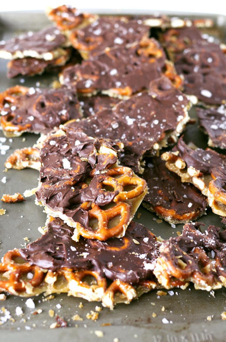DIY salted caramel chocolate pretzel bark (via www.honeyandbirch.com)