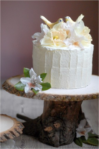 DIY wood slice and log cake stand (via www.shelterness.com)