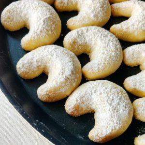 DIY almond crescent cookies (via floursandfrostings.com)