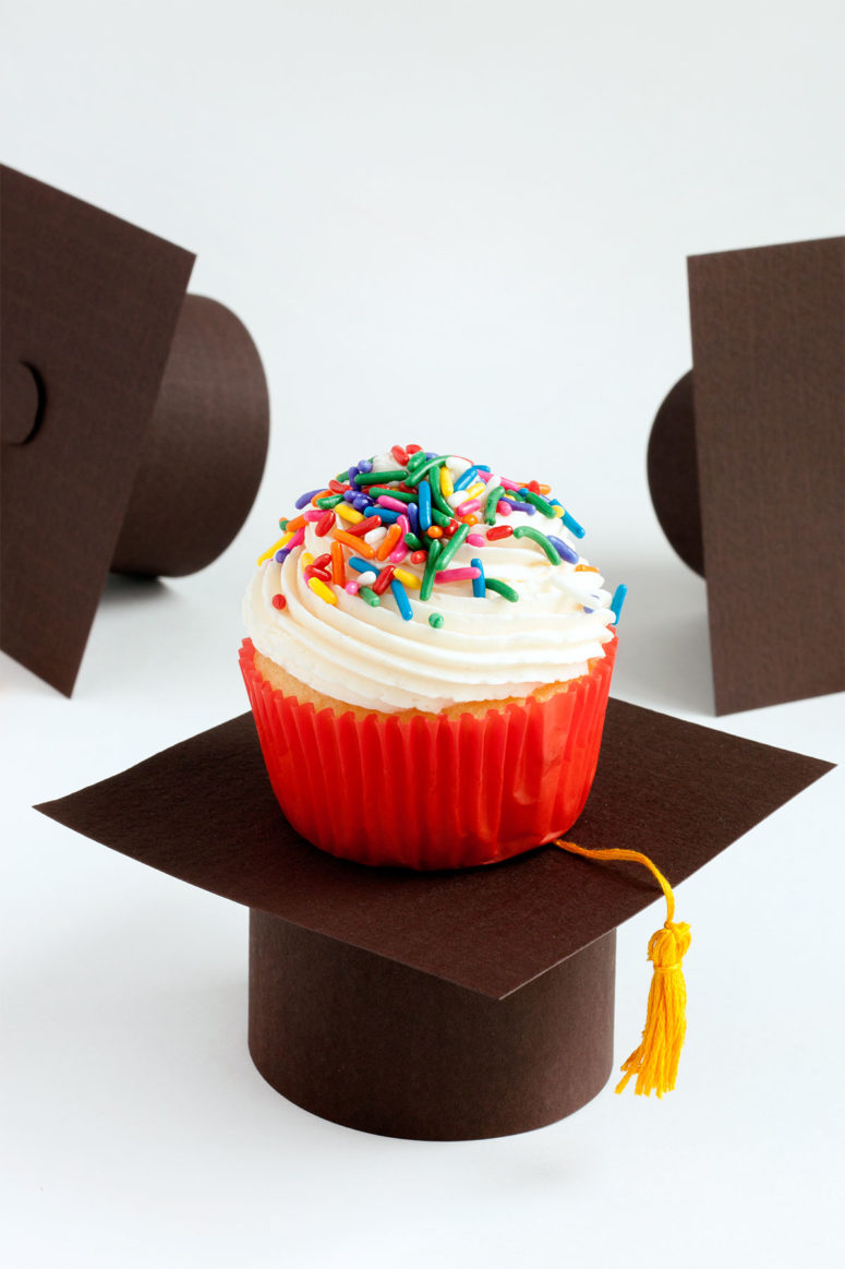 DIY cardboard graduation cupcake stand (via www.paintthegownred.com)