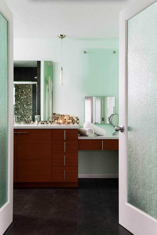 green rain glass bathroom door to highlight the space