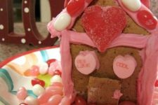 15 Valentine's Day gingerbread house with candies