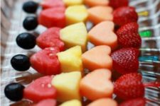 18 fruit heart-shaped skewers are healthy and still sweet