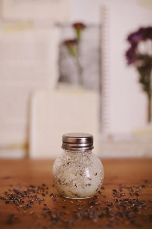 DIY lavender and salt calming scrub (via www.styleoholic.com)