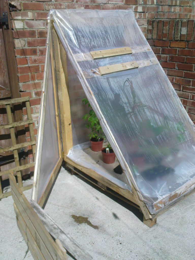 DIY greenhouse of pallets (via www.instructables.com)